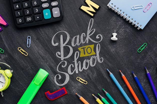 Bovenaanzicht terug naar school concept met schoolbord