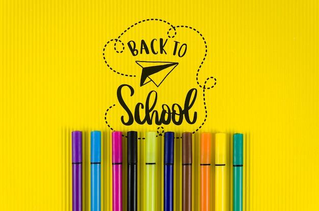 Bovenaanzicht terug naar school met gele achtergrond