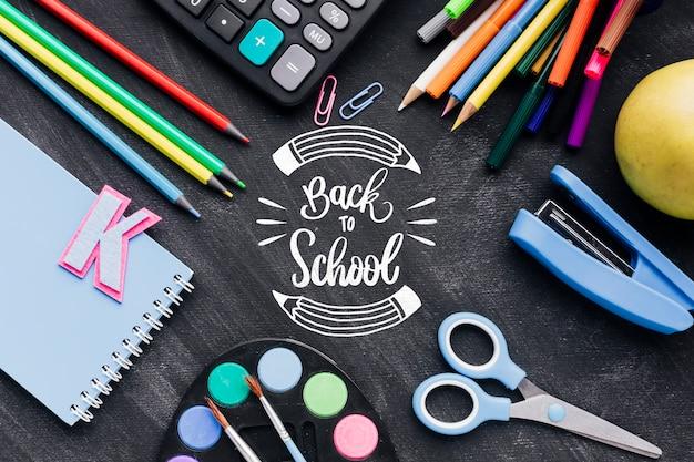 Bovenaanzicht terug naar school met kleurrijke benodigdheden