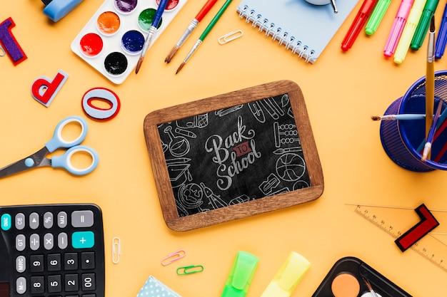 Bovenaanzicht terug naar school met mock-up schoolbord