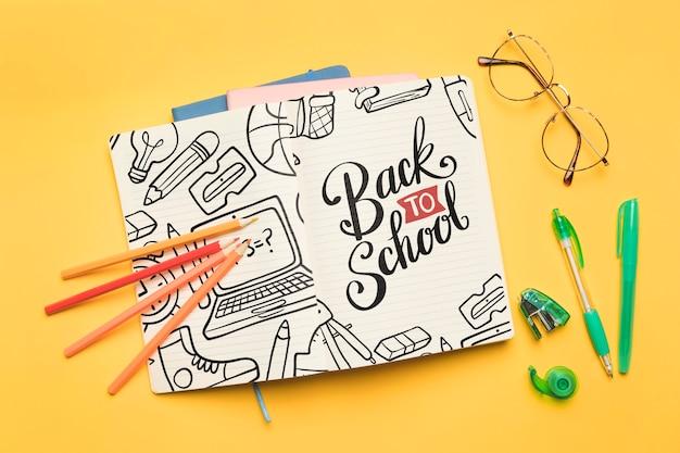 Bovenaanzicht terug naar school met open notitieblok