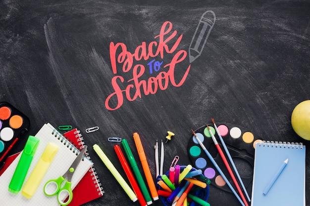 Bovenaanzicht terug naar school met zwarte achtergrond