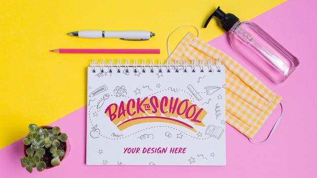 Bovenaanzicht terug naar schoolbenodigdheden met mock-up