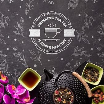 Bovenaanzicht theepot met kruiden en bloemen