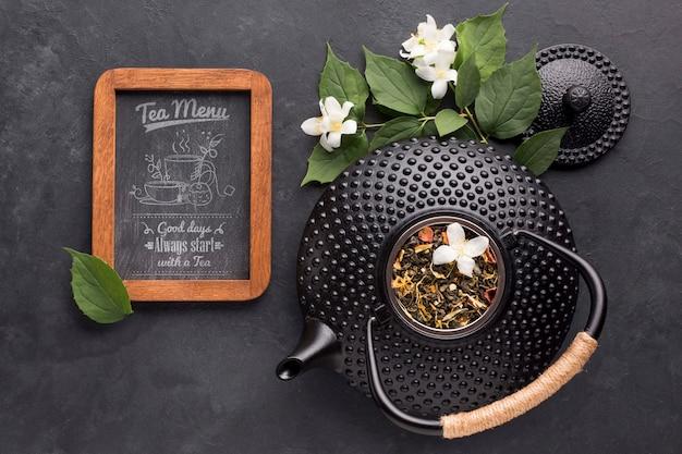Bovenaanzicht theepot met kruiden en thee menu