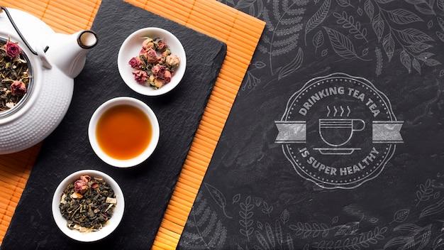Bovenaanzicht theepot met selectie van kruiden en specerijen