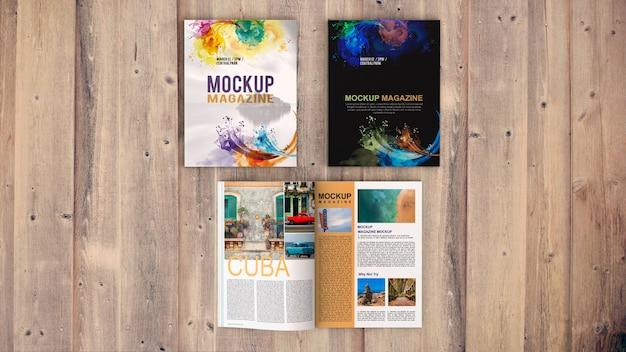 Bovenaanzicht tijdschrift mockup op houten tafel