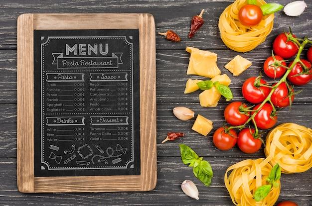 Bovenaanzicht tomaten en pasta arrangement