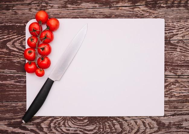 Bovenaanzicht tomaten op tafel