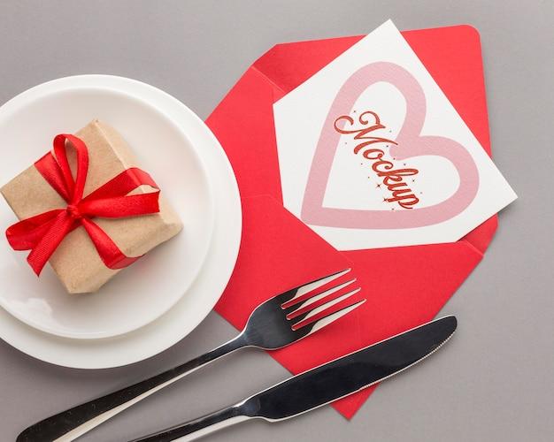 Bovenaanzicht valentijnsdag geschenk met mock-up brief