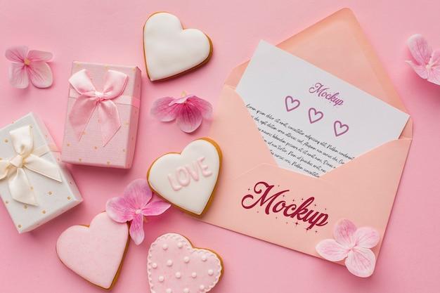 Bovenaanzicht valentijnsdagkoekjes met mock-up brief