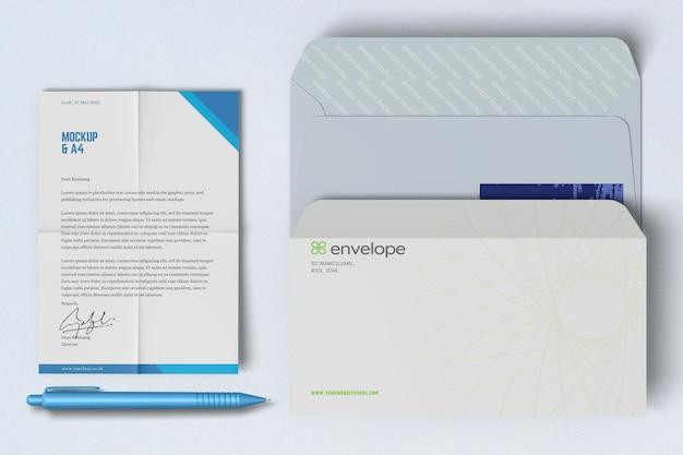 Bovenaanzicht van a4-poster en envelopmodel