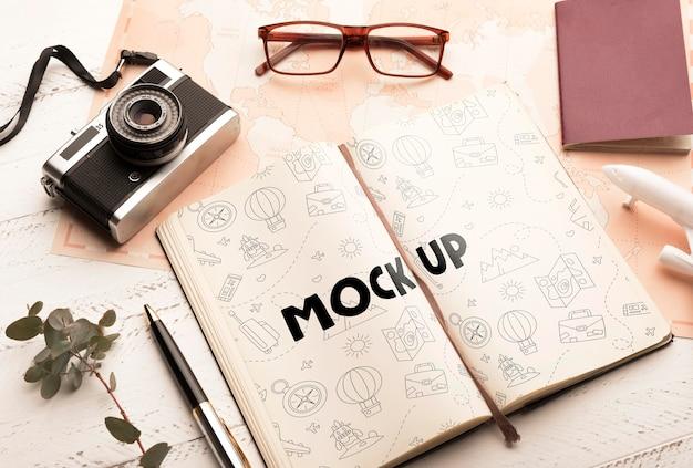 Bovenaanzicht van agenda met bril en camera voor op reis