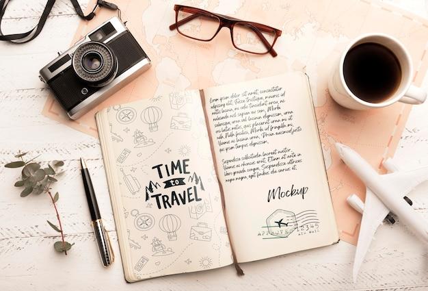 Bovenaanzicht van agenda met koffie en camera voor op reis
