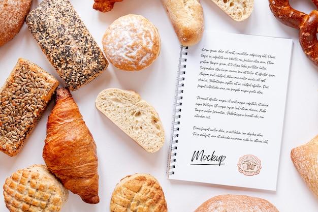 Bovenaanzicht van assortiment brood met notitieboekje