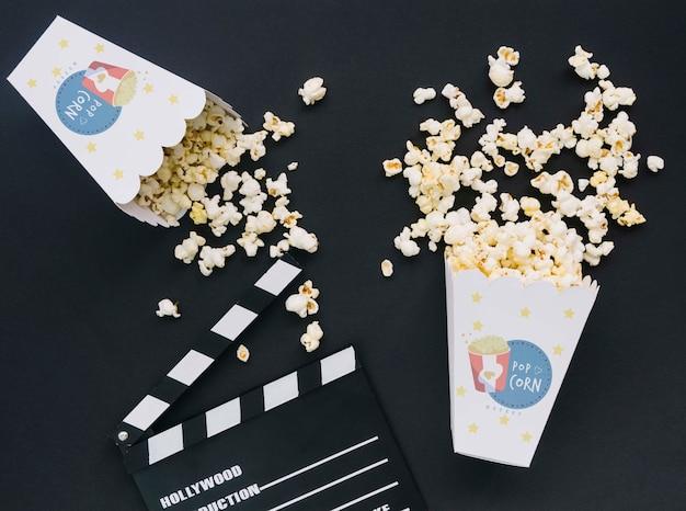 Bovenaanzicht van bioscoop filmklapper en popcorn