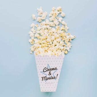 Bovenaanzicht van bioscoop popcorn in beker