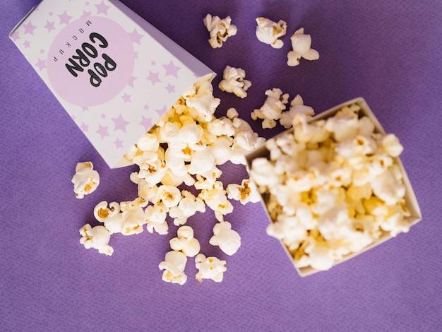 Bovenaanzicht van bioscoop popcorn