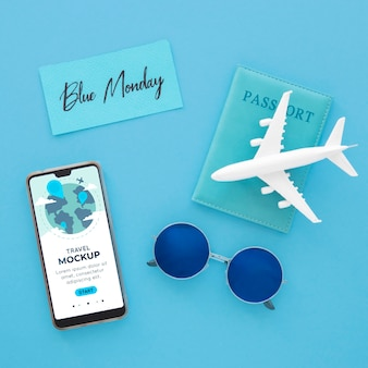 Bovenaanzicht van blauwe maandag vliegtuig met smartphone en zonnebril