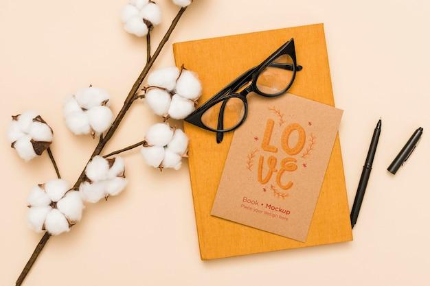 Bovenaanzicht van boek met bril en katoen