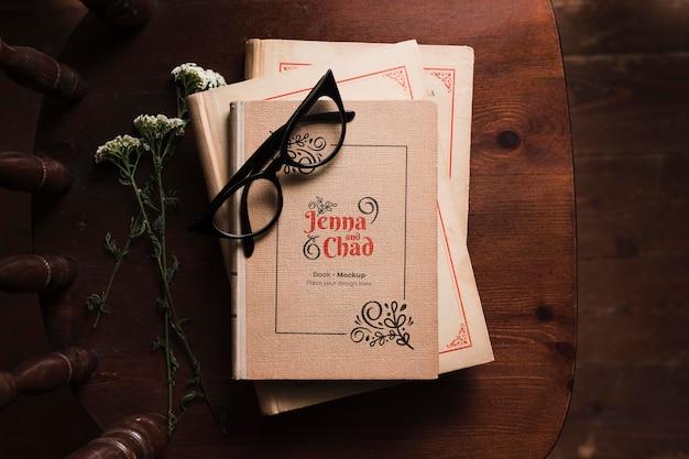 Bovenaanzicht van boeken over stoel met bril
