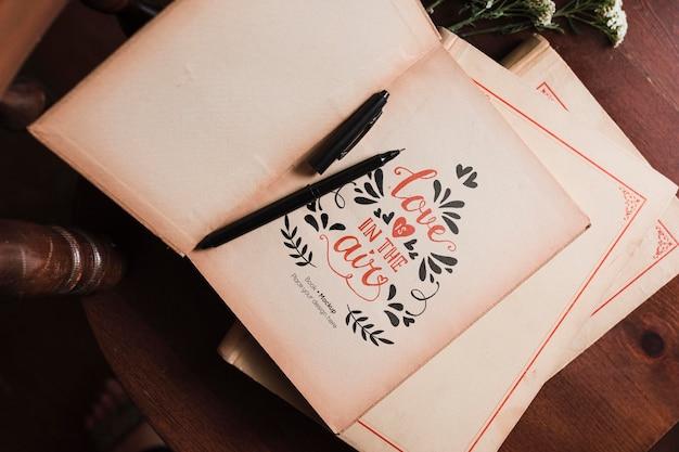 Bovenaanzicht van boeken over stoel met pen