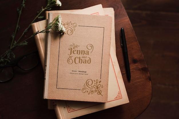 Bovenaanzicht van bookss met pen en bloemen