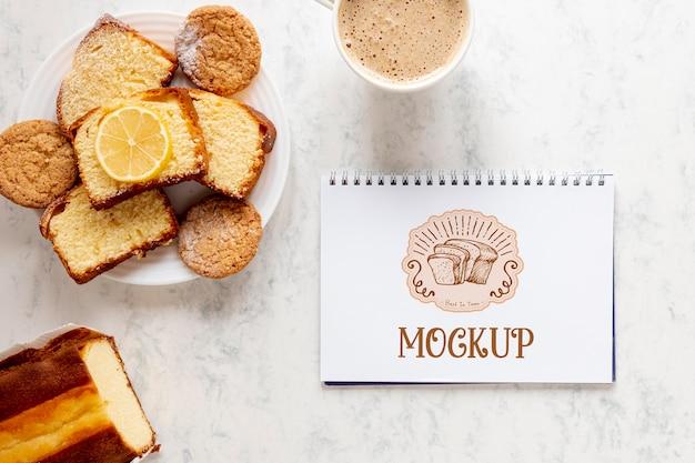 Bovenaanzicht van brood met notitieboekje en koffie