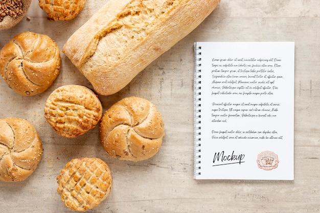 Bovenaanzicht van brood met notitieboekje