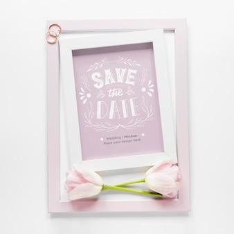 Bovenaanzicht van bruiloft frame met tulpen en ringen