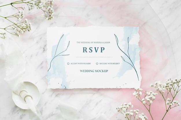 Bovenaanzicht van bruiloft kaart met bloemen en ringen