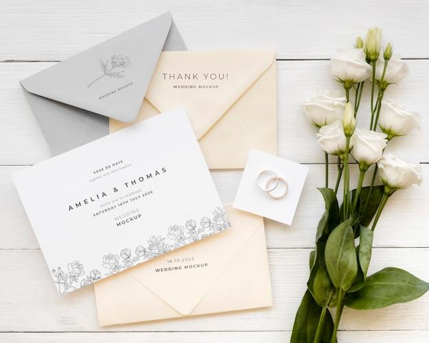 Bovenaanzicht van bruiloft kaart met boeket rozen