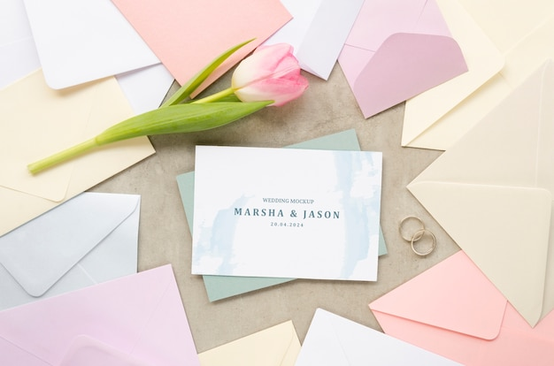 Bovenaanzicht van bruiloft kaart met enveloppen en tulp