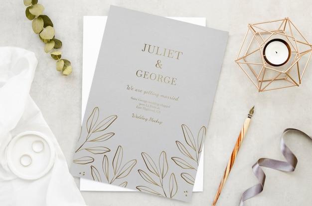 Bovenaanzicht van bruiloft kaart met kaars en pen