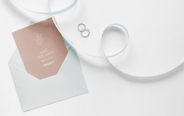 Bovenaanzicht van bruiloft kaart met lint en envelop
