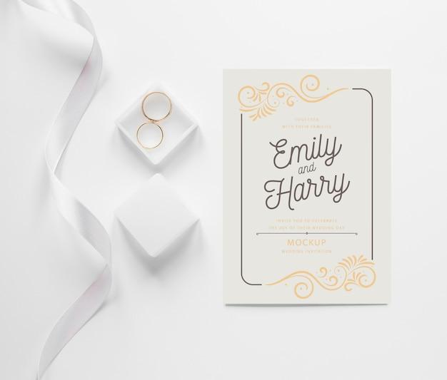 Bovenaanzicht van bruiloft kaart met lint en ringen