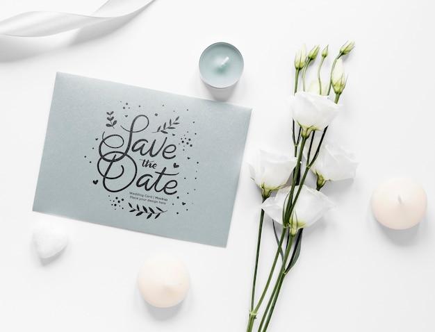 Bovenaanzicht van bruiloft kaart met rozen en kaarsen
