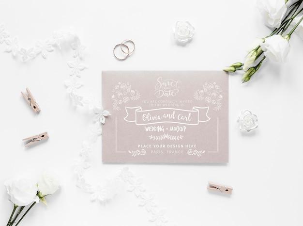 Bovenaanzicht van bruiloft kaart met rozen en kleding pinnen