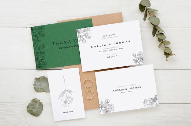 Bovenaanzicht van bruiloft kaarten met bladeren en plant