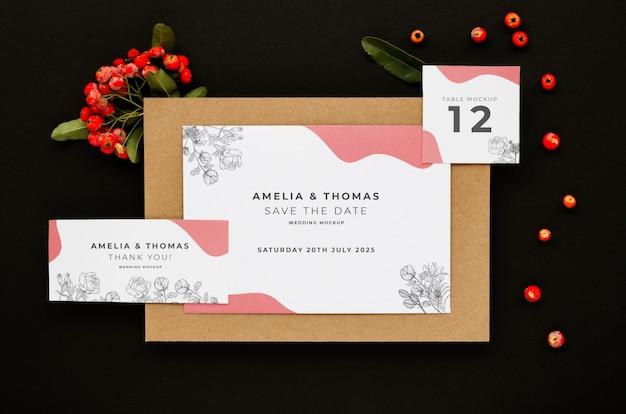 Bovenaanzicht van bruiloft kaarten met bloemen