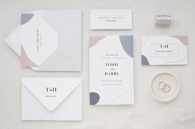 Bovenaanzicht van bruiloft kaarten met draad en ringen