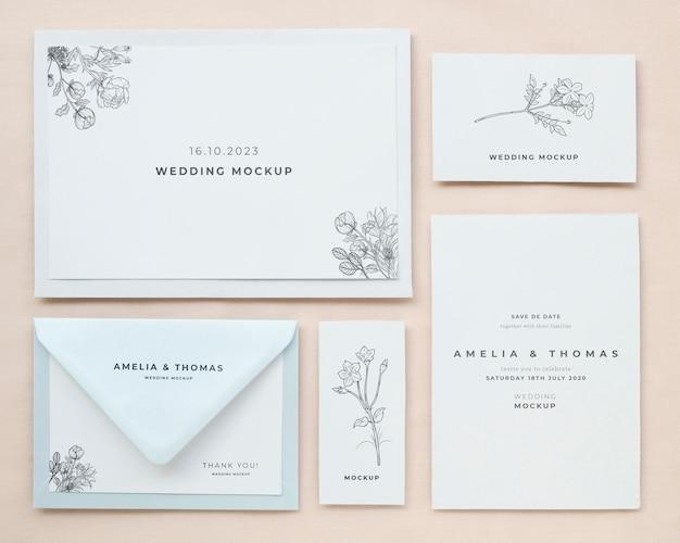 Bovenaanzicht van bruiloft kaarten met envelop