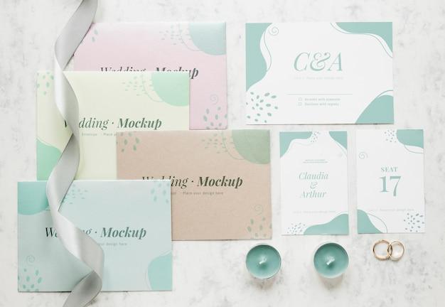Bovenaanzicht van bruiloft kaarten met lint en kaarsen
