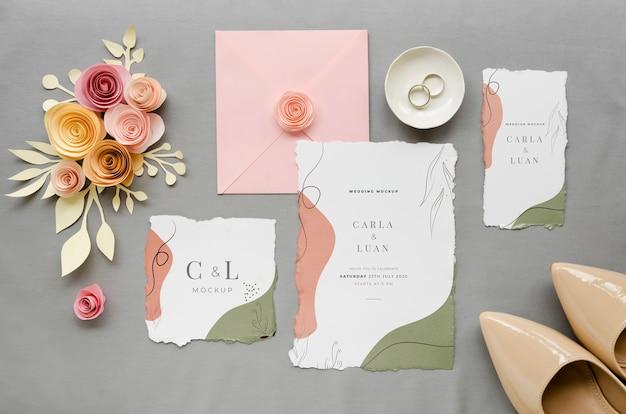 Bovenaanzicht van bruiloft kaarten met oevers en rozen