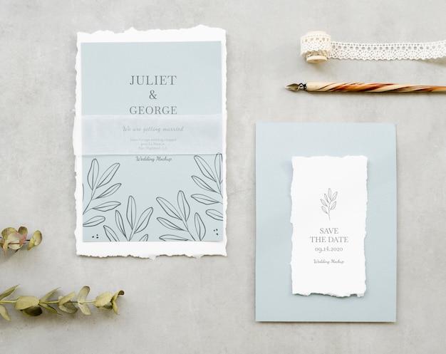 Bovenaanzicht van bruiloft kaarten met pen en lint