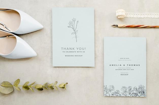 Bovenaanzicht van bruiloft kaarten met pen en schoenen