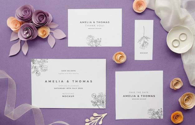 Bovenaanzicht van bruiloft kaarten met textiel en rozen