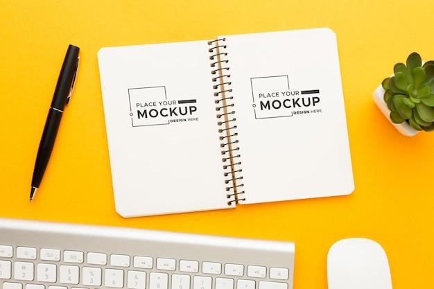 Bovenaanzicht van bureau concept mock-up