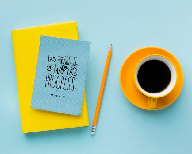 Bovenaanzicht van bureau met koffie en notebooks
