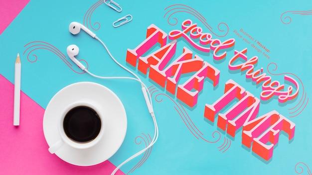 Bovenaanzicht van bureau met koptelefoon en koffie